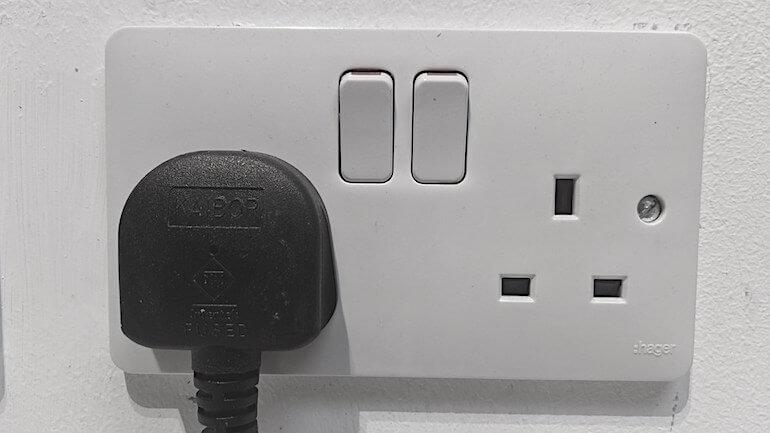 Tarda en cargar un coche electrico